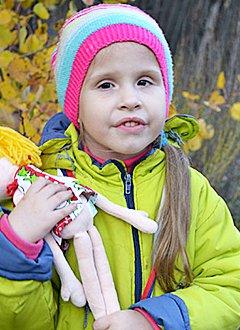 Вика Сидоркина, 7 лет, врожденный нистагм, требуется лечение. 298057 руб.
