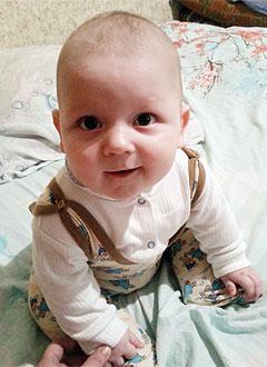 Дима Василюк, 8 месяцев, деформация черепа, требуется лечение специальными шлемами. 180000 руб.