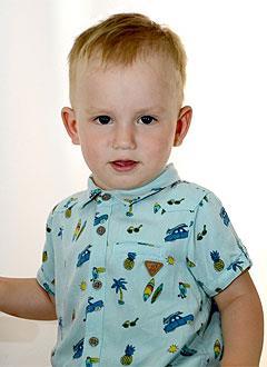 Андрей Ельников, 2 года, малоберцовая гемимелия (отсутствие кости) левой голени и стопы, укорочение левой голени, требуется этапная хирургия. 632555 руб.