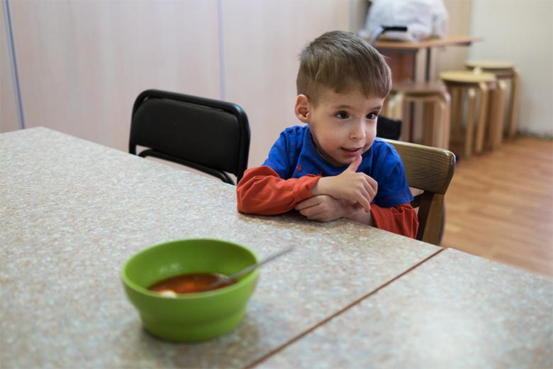 Семен самый маленький в Домике, а умеет уже очень много – например, самостоятельно есть