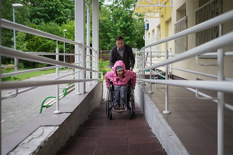 Феруза перемещается на коляске, но это не мешает ей каждый день гулять, ходить в школу и на занятия