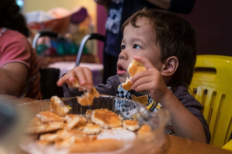 Сережа запросто может есть и яблоки, и печенье – раньше в Домике о таком и не мечтали