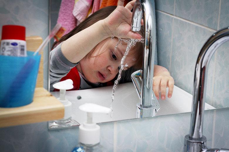 Ангелина любит сама открывать кран и регулировать температуру воды