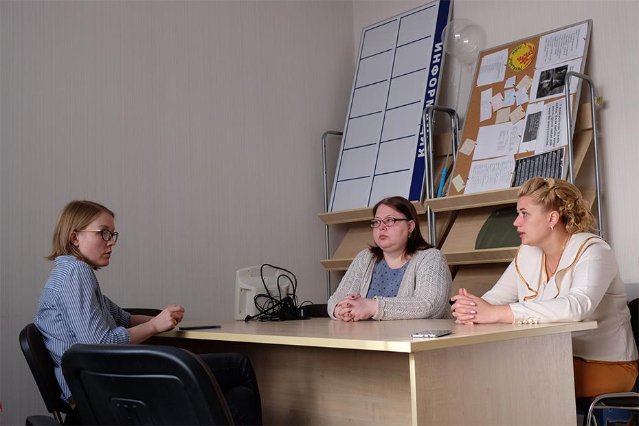 Тяжелые переговоры: Эльмира Сулейманова, специалист по инклюзии Ирина Армеева, завуч Елена Люлина (слева направо)